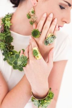 Living jewellery - succulent jewellery by Green Goddess flower studio in Cape Town - Fabulous Floral Couture Wedding Inspiration Collier Floral, Flower Studio, Floral Necklace, Bridal Flowers, Hair Flowers, Floral Hair, Floral Fashion, Bridal Hair Accessories, Wedding Trends