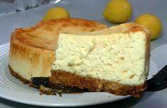 Es una deliciosa y cremosa tarta hecha con muy pocos ingredientes, rápida y fácil de preparar, especial para los amantes del sabor a limón.    Ingredientes: + 2 galletas Digestive o 200 g de galletas María, + 30 g de mantequilla (60 si utilizamos galletas María), + 4 huevos, + 375 g de leche
