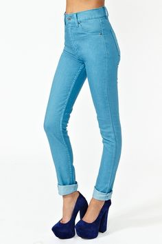 Essential high-waist sky blue skinnies featuring a classic 5-pocket style with zip/button closure. Stretch fabric, runs a size small. Perfect paired with a crop top and platform wedges! By Cheap Monday.