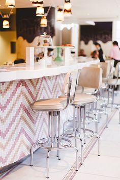 counter + stools at the parlour at fortnum and mason, london, england Cafe Restaurant, Restaurant Design, Ice Cream Business, Fortnum And Mason, Ice Cream Parlor, Soda Fountain, Icecream Bar, Cafe Shop, Cafe Interior