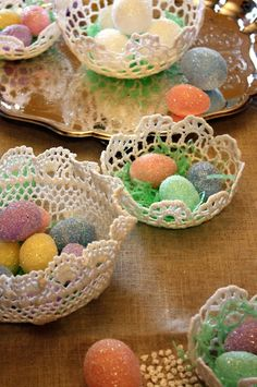 Sweet Something Designs: Crocheted Doily Baskets  - could stiffen doilies and add eggs and grass Thread Crochet, Crochet Doilies, Lace Doilies, Crocheted Lace, Doilies Crafts, Easter Crafts, Holiday Crafts, Easter Gift, Hoppy Easter