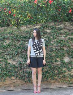 Blog Caca Dorceles. 2014. Meu Look: T-shirt Cinza. Zara t-shirt + Zara skirt + Schutz shoes.