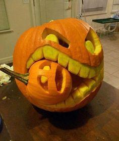 Es ist bald Halloween - hier: Kürbis frisst Kürbis