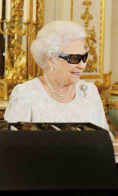 Pin for Later: Die Queen ist gar nicht so königlich wie ihr vielleicht denkt Normal: Als sie eine 3D-Brille trug