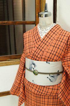 ベージュをおびたコーラルピンクと黒が織り出すチェックにキラキラシルバーのラメ糸がアクセントになった単着物です。 #kimono