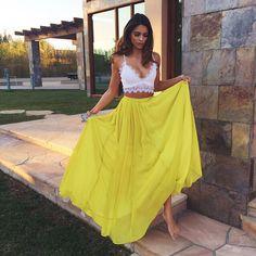 Chica usando un bralette en color blanco como top acompañado de una falda amarilla