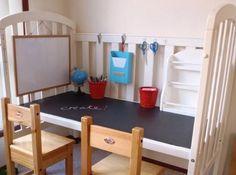 Quand l'enfant grandit... / Bureau fait d'un lit d'enfant à barreaux. / By Lucia Babilla.