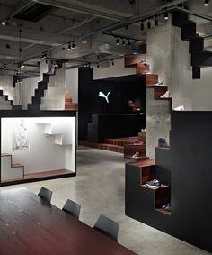 Interieur voor sportschoenen winkel Puma House in Tokyo. Voor meer foto's, ga naar http://www.weheart.co.uk/2011/05/10/puma-house-tokyo/