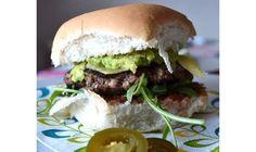 Hamburger mexiciain. Ce burger est épicé avec des piments jalapeño. Prenez 4 à 5 tranches de piments jalapeño et hachez-les finement. Ajoutez-les au mélange de bœuf haché cru. Formez les galettes et cuisez-les. Placez-les dans des pains à hamburger ronds avec de la sauce salsa, des feuilles de roquette poivrée et une cuillère à café de guacamole maison. Recouvrez-le tout avec une tranche de cheddar avant de refermer le burger.
