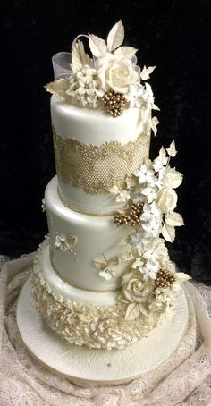 Piece montee Bling Wedding Cakes, Elegant Wedding Cakes, Beautiful Wedding Cakes, Gorgeous Cakes, Wedding Cake Designs, Amazing Cakes, Wedding Cake Table Decorations, Cupcake Cakes, Cupcakes