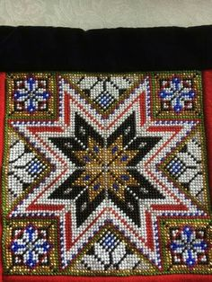 Bringeklut i perler, brystduk Scandinavian Embroidery, Hardanger Embroidery, Lace Making, Rug Hooking, Cross Stitch Designs, Bead Crafts, Needlepoint, Folk Art, Needlework