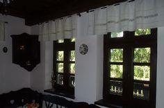 Vrei o casă tradițională ca a lui Doru Munteanu? Uite că-ți dă lista lui cu meșteri | Adela Pârvu - Interior design blogger Design Case, Traditional House, Old Houses, Interior Decorating, Sweet Home, House Design, Curtains, Living Room, Romania