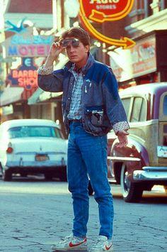 Look jeans com jeans, camisa e tênis Nike: mais vintage, impossível!
