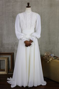 |ヴィンテージ・アンティークウェディングドレスショップ toi et moi dresses muslim classy Muslimah Wedding Dress, Muslim Wedding Dresses, Best Wedding Dresses, Designer Wedding Dresses, Wedding Gowns, Old Dresses, Pretty Dresses, Vintage Dresses, Weeding Dress