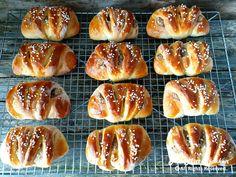 Boller med makronfyll - Fra mitt kjøkken Hot Dog Buns, Hot Dogs, Christmas Treats, Pretzel Bites, Enchiladas, Food And Drink, Bread, Baking, Desserts