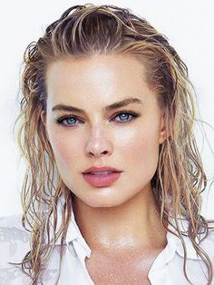 We're so excited for these new beauty product launches, hot off the NYFW runways. Margot Robbie Style, Margo Robbie, Margaret Robbie, Wet Look Hair, Hair Looks, Model Poses Photography, Beauty Photography, Square Faces, Most Beautiful Faces