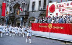 Der Spielmannszug marschiert am 1. Mai an der Ehrentribüne in der Greizer Ernst-Thälmann-Straße vorbei.   Greiz zu DDR – Zeiten in den 1980er Jahren