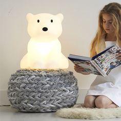 De Mr Maria Nanuk #tafellamp is een lieve ijsbeer die de #kinderkamer mooi verlicht.