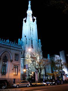 Luces de Navidad  La Parroquia de la Concepción de Nuestra Señora está completamente iluminada por la noche. De día es un edificio precioso por su color blanco y de noche destaca mucho también.