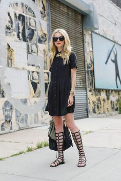 vestido chemise preto com sandália gladiadora
