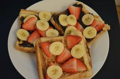 French toast cu fructe, nutella si unt de arahide3 felii de paine toast1 ou20 ml lapte cocos(sau de orice fel)2 lingurite nutella1 lingurita unt de arahide4 capsuni maricele1/2  bananaFeliile de pa… French Toast, Nutella, Waffles, Unt, Breakfast, Smoothie, Food, Morning Coffee, Eten