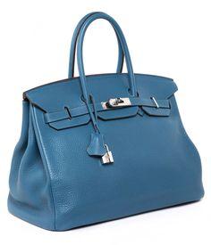 Ca. 25 x 35 x 18 cm. 2013. Meeresblaue Togo Lederhandtasche mit Palladiumbeschlägen. Innenraum aus Ziegenleder mit einem Reißverschluss- und einem Steckfach....