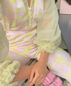 plus fashion fall Colourful Outfits, Colorful Fashion, Spring Fashion, Autumn Fashion, Estilo Real, Pastel Outfit, Mode Chic, Mellow Yellow, Winter Trends