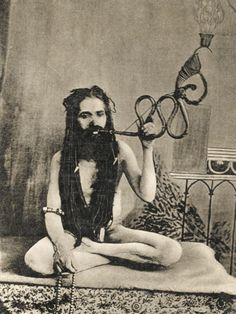 A Sadhu Smoking a Remarkable Pipe, India Sai Baba Pictures, Old Pictures, Old Photos, India Poster, Lord Vishnu Wallpapers, Vintage India, Yoga Art, Hindu Art, Interesting Faces