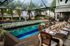 mesa dos noivos ao lado da piscina. Inspiração para produção e decoração no casamento de dia em curitiba por Cheng NV