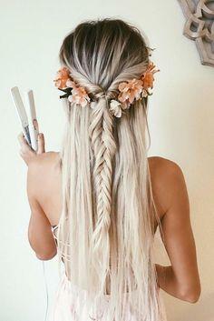 schöne Frisuren für lange Haare, blondes Mädchen mit Fischschwanzfrisur mit Haarschmuck Blumenkranz
