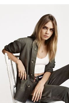 Cara Delevingne is back as the face of Topshop's spring-summer 2015 campaign. After fronting the high street brand's advertisements for several seasons now, Cara tries on inspired looks in the studio snaps captured by Alasdair McLellan. 70s Fashion, Look Fashion, Fashion Models, Fashion Tips, Topshop Fashion, Petite Fashion, Winter Fashion, Womens Fashion, Cara Delevingne Style