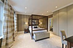 Atlante in una camera da letto inglese, dallo stile contemporaneo con influenze georgiane.  Atlante wardrobe in an English bedroom, with a contemporary Georgian style.