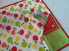 ideas diy table runner no sew mug rugs Table Runner And Placemats, Table Runner Pattern, Quilted Table Runners, Quilting Projects, Sewing Projects, Fabric Crafts, Sewing Crafts, Place Mats Quilted, Patch Quilt