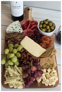 charcuterie board Nothing compares to a great cheese board! Learn how to make a cheese board -- from choosing cheeses & picking accompaniments to composing it all on a board! Charcuterie And Cheese Board, Charcuterie Platter, Antipasto Platter, Cheese Boards, Cheese Board Display, Meat Platter, Meat And Cheese, Cheese Platters, Cheese And Cracker Tray