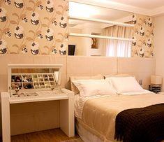 A penteadeira ao lado da cama assume vários papéis, inclusive de criado-mudo (Foto: Divulgação)