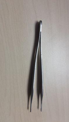 Pinzas de mano multidentada llamada adson brown: tiene 7 dientes y es la más utilizada