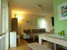 Essecke mit grüner Wand im Wohnzimmer  -  2-Zimmerwohnung in München Untergiesing-Harlaching