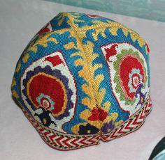 cappello uzbek, ricamo a punto croce, seta, coloranti naturali, 1890-1910, città Shahrisabz.  Etnica berretto dell'Asia centrale, Museo d'Arte di Tashkent, Uzbekistan.