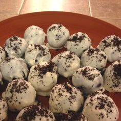 Mix a pack of oreos with a whole pack of softened cream cheese.roll into balls (you can freeze them so they are easier to dip) then melt half a bar of White chocolate almond bark in the microwave and dip them Chocolate Almond Bark, White Chocolate, Cream Cheese Rolls, Oreos, Junk Food, Dessert Ideas, Freeze, Yum Yum, Delicious Desserts