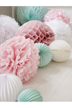 These pom poms are classic Marleny! For your baby shower party, decorate the floor with paper decorations such as accordion lanterns, honeycomb lanterns and tissue paper pom poms Wedding Pom Poms, Wedding Flowers, Wedding Colors, Pastel Wedding Theme, Pastell Party, Deco Floral, Décor Boho, Party Activities, Literacy Activities