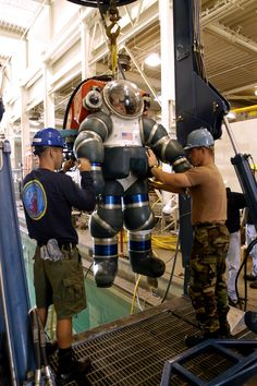 Training_with_a_Atmospheric_Dive_Suit.jpg (2000×3008)