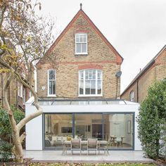 This London location house is a light and spacious Victorian family home in Putney with contemporary decor. Orangerie Extension, Extension Veranda, Roof Extension, Glass Extension, Extension Ideas, Interior Exterior, Exterior Design, Putney London, London House