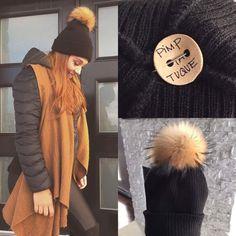 Maintenant un classique de saison. Une tuque normal? Pas.  Pompon Fourrure De Luxe. Fait à la main au Québec, Canada Fabriqué à partir de matière Éco-Responsable Recyclé.
