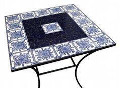 Mesa com base em ferro e tampo em mdf revestido com azulejos coloniais* e cacos de azulejo azul cobalto. *A estampa do azulejo colonial pode variar de acordo com a disponibilidade do material.  *O PRAZO DE CONFECÇÃO DA PEÇA É DADO EM DIAS ÚTEIS*