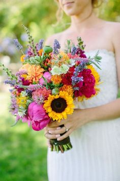 From lavender and daisies to peonies, sunflowers and hydrangea, here's all the wedding flower inspiration you need for your wedding bouquet. Informations About 30 pretty summer bouquet ideas Pin You c Wedding Flower Guide, Blue Wedding Flowers, Diy Wedding Bouquet, Diy Bouquet, Wedding Flower Inspiration, Bridesmaid Flowers, Fake Flowers, Artificial Flowers, Order Flowers