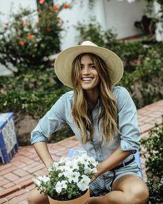 trendy flowers in hair casual shops Jean Vintage, Looks Vintage, Gardening Photography, Photo Portrait, Jeans Denim, Denim Shirt, Country Life, Modern Country, Flowers In Hair