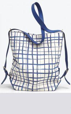 """Sac en toile imprimé """"feutre"""" et cuir, forme seau, peut se porter en bandoulière ou en sac à dos"""
