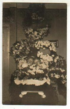 Germany ca. 20/30iger. two dead children together in coffin