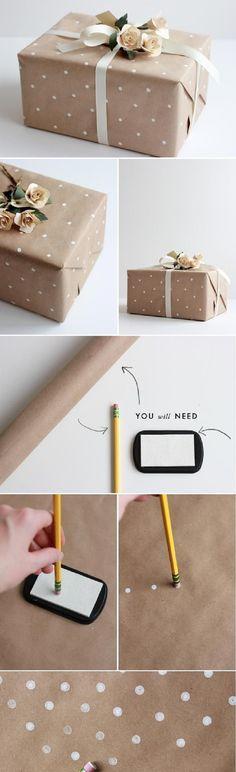 Envoltorios de paquetes o empaquetados para regalos en navidad con puntos o lunares blancos sobre papel marrón de estraza.