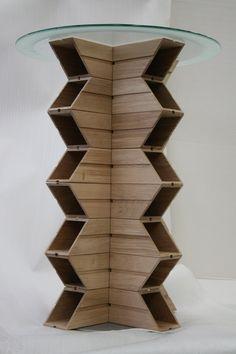 Dettaglio del tavolino in legno e vetro realizzato con i nostri portabottiglie in legno